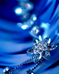 Fint smycke i blått skimmer