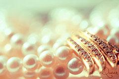 Klassiskt guldhalsband med pärlor