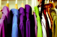 Färgstarka kläder i garderob