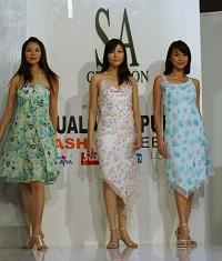 Tre kvinnor i vackra klänningar